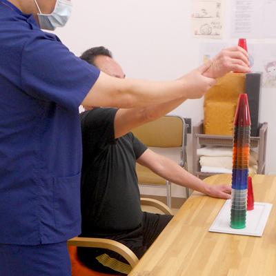 西陣病院、▲アクリルコーンでの上肢操作練習
