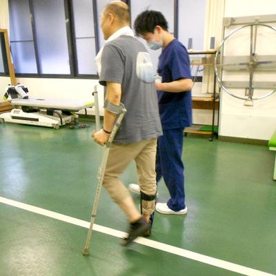 西陣病院、▲下肢装具、特殊杖での歩行練習