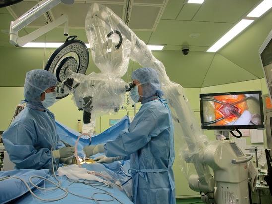西陣病院、顕微鏡を用いた脊椎手術